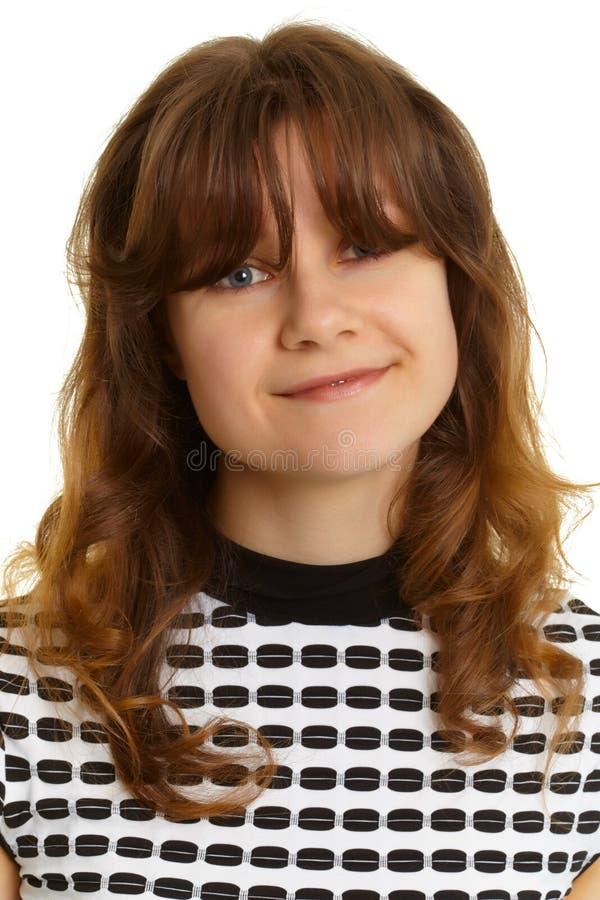 Portrait einer lächelnden jungen Frau lizenzfreie stockfotos