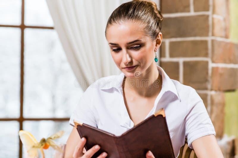 Portrait einer netten Dame an der Gaststätte lizenzfreies stockfoto