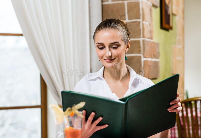 Portrait einer netten Dame an der Gaststätte lizenzfreie stockfotos