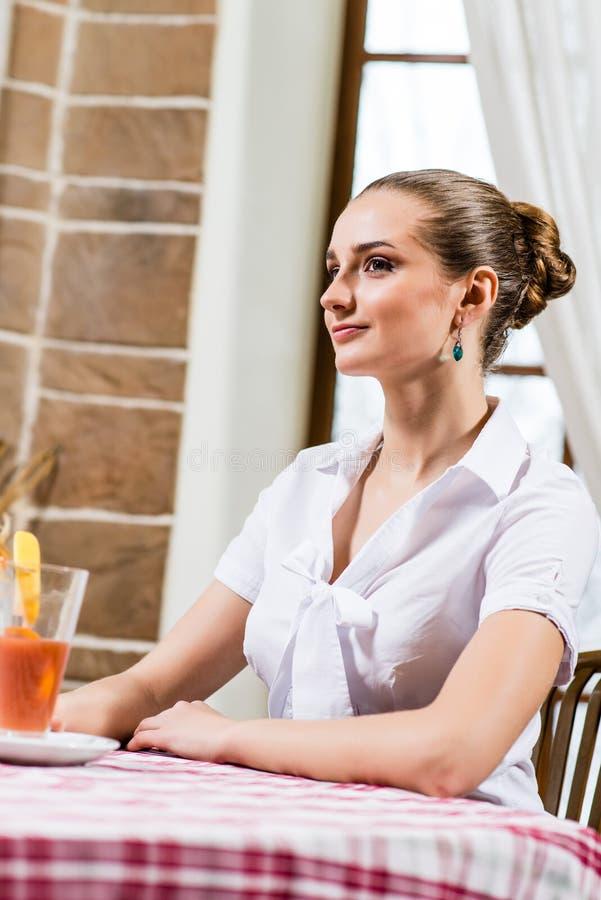 Portrait einer netten Dame in einer Gaststätte lizenzfreie stockbilder