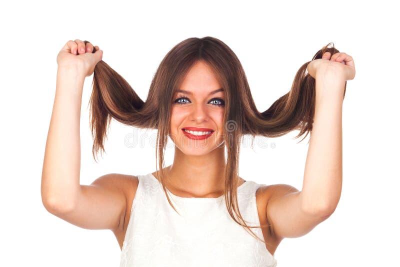 Portrait einer netten Frau, die ihr Haar berührt stockfotos