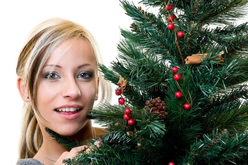 Portrait einer netten Frau mit Weihnachtenbaum stockfotos