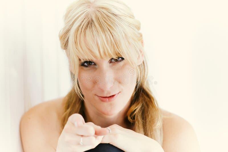 Portrait einer recht blonden Frau lizenzfreie stockfotos