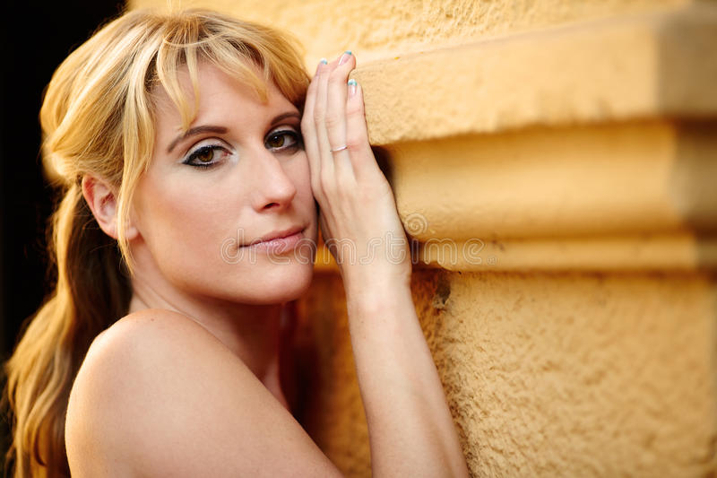 Portrait einer recht blonden Frau stockfotos