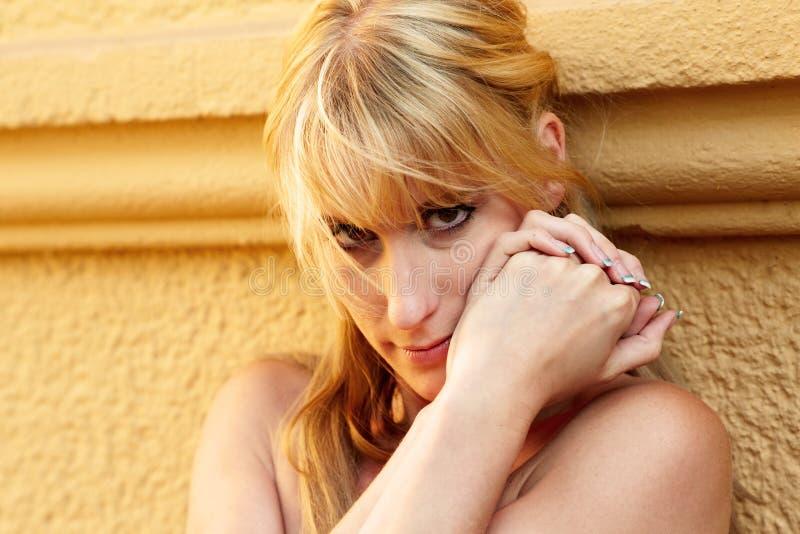 Portrait einer recht blonden Frau lizenzfreies stockfoto