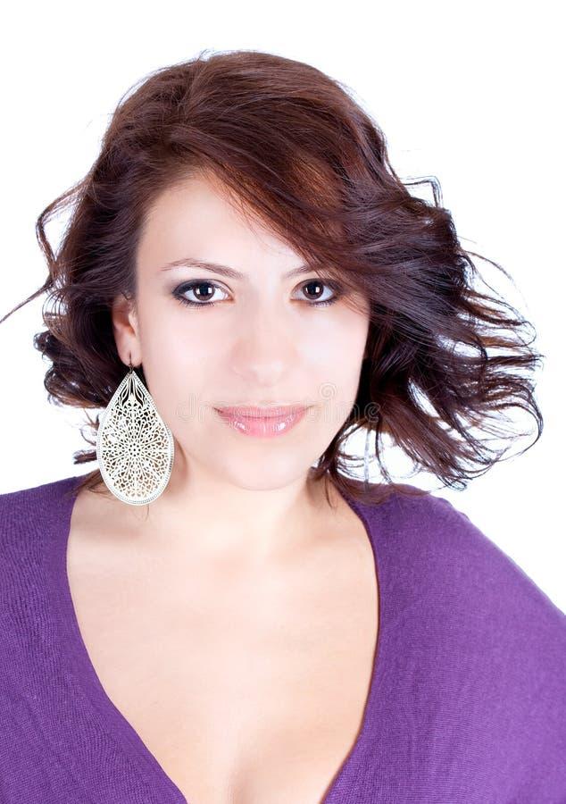 Portrait einer recht jungen Frau mit Ohrring stockfotografie