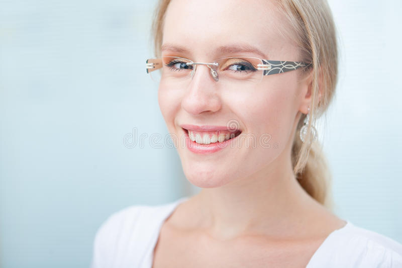 Portrait einer reizend jungen Frau mit Gläsern lizenzfreie stockfotos