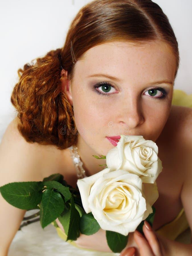 Portrait einer reizend jungen Frau mit Mehlen stockfoto