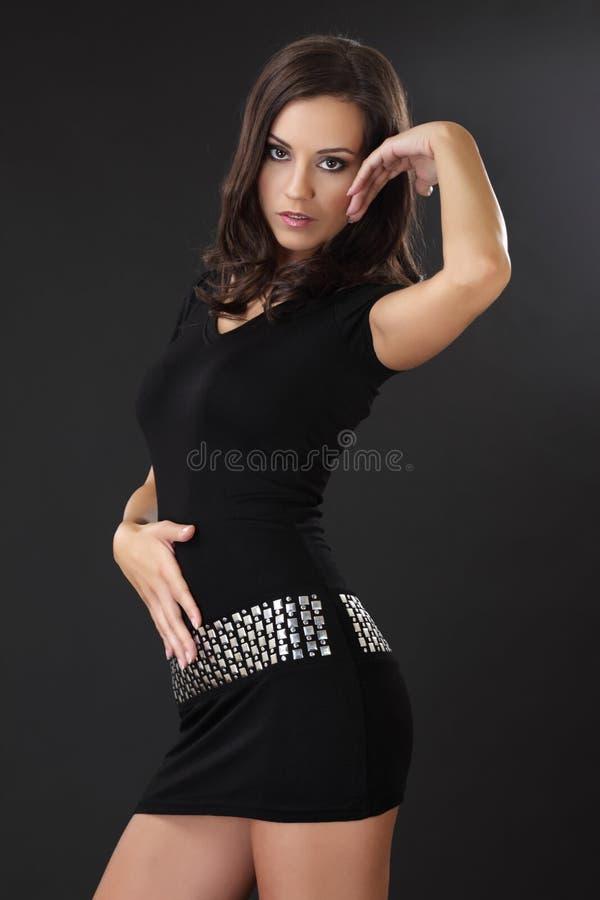 Portrait einer reizvollen Frau im schwarzen Kleid lizenzfreie stockbilder