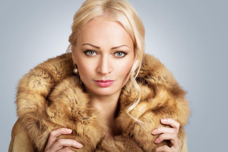 Portrait einer schönen blonden jungen Frau lizenzfreie stockbilder