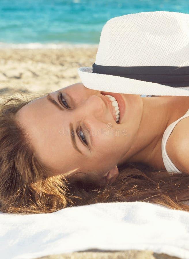 Portrait einer schönen Frau auf dem Strand stockbild