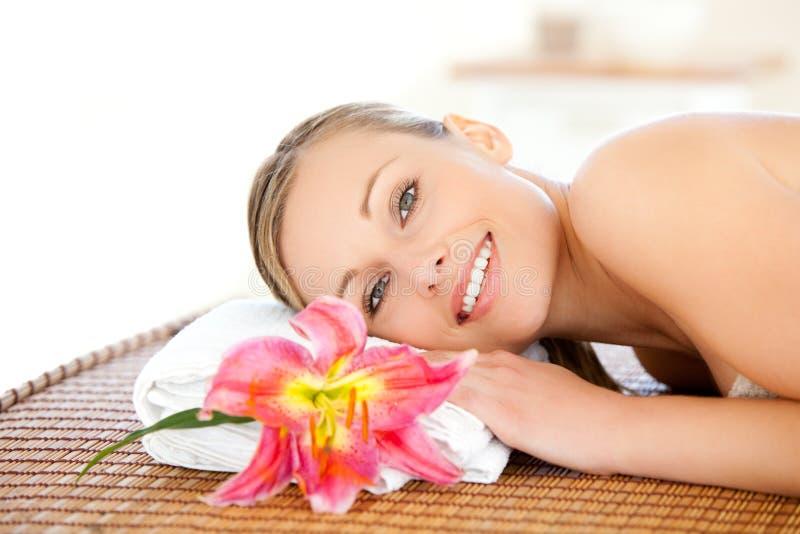 Portrait einer schönen Frau, die eine Massage hat stockbild