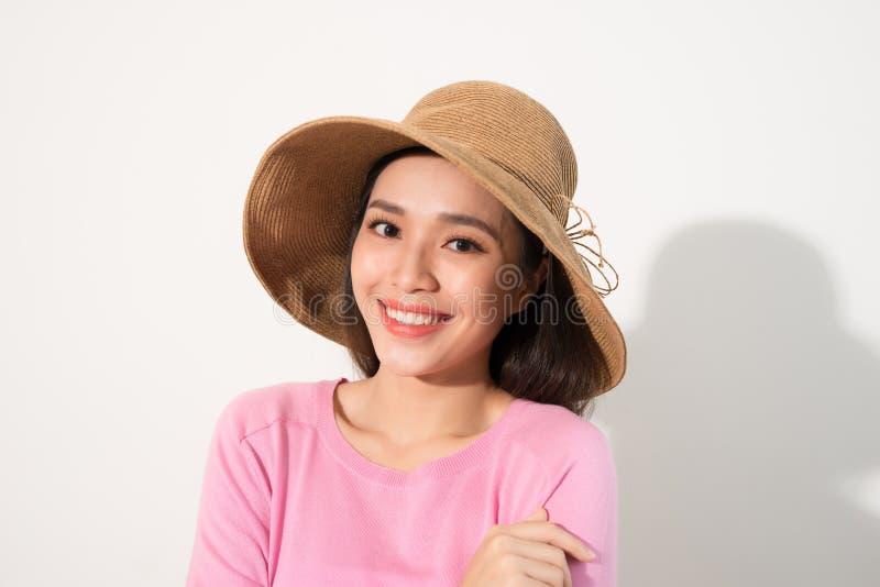 Portrait einer schönen Frau in einem Strohhut Lachendes Mädchen Junge Erwachsene stockfotografie