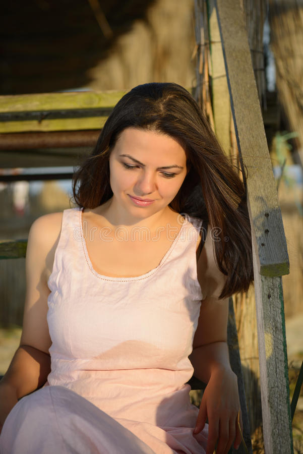 Portrait einer schönen jungen Frau auf dem Strand lizenzfreie stockfotografie