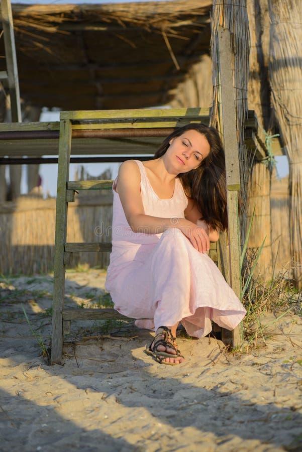 Portrait einer schönen jungen Frau auf dem Strand lizenzfreies stockfoto