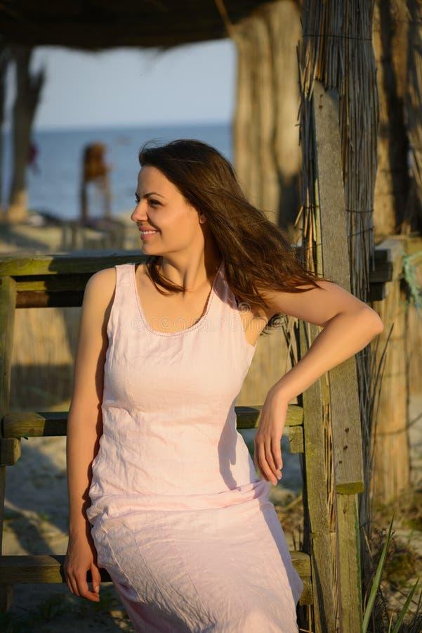 Portrait einer schönen jungen Frau auf dem Strand stockbild