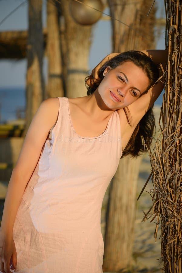 Portrait einer schönen jungen Frau auf dem Strand lizenzfreie stockfotos
