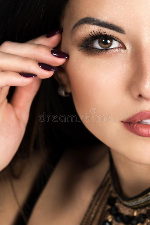 Portrait einer schönen jungen Frau Weiblicher Gesichtsabschluß oben verfassung stockbild