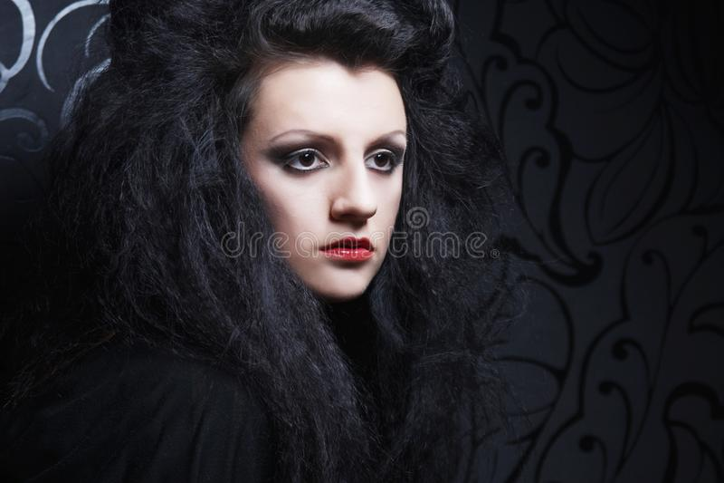 Portrait einer sch?nen und reizvollen Brunettefrau lizenzfreie stockfotos