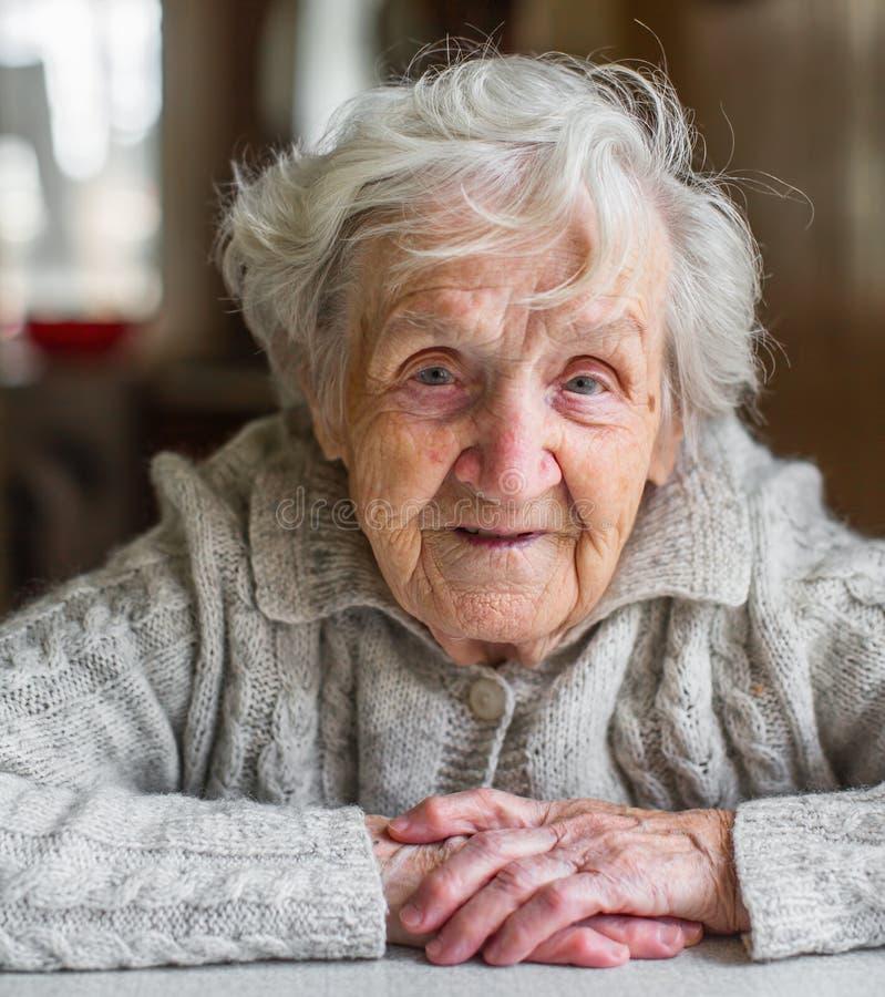 Portrait einer sehr alten Frau stockfotografie