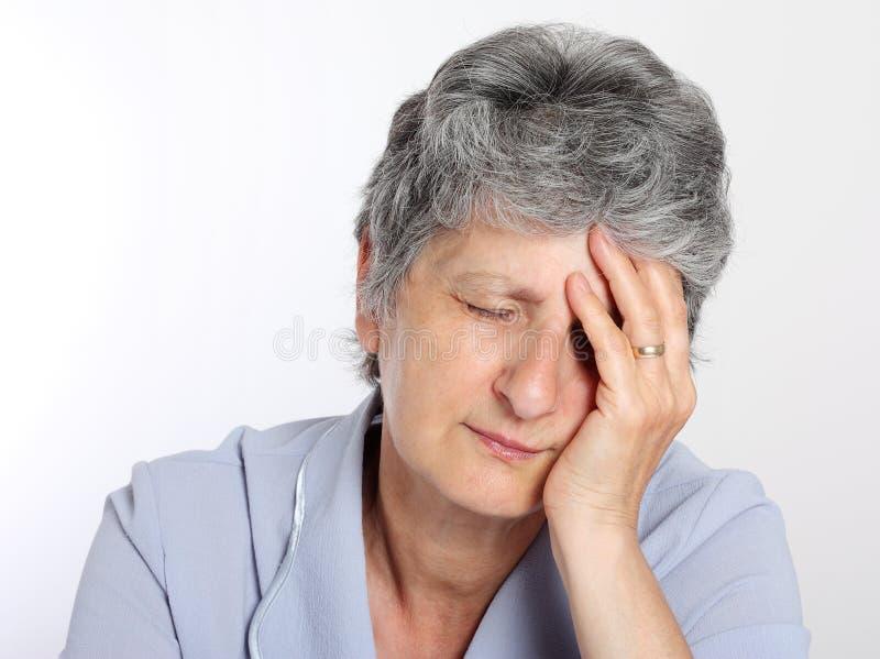 Portrait einer traurigen älteren Frau lizenzfreie stockbilder