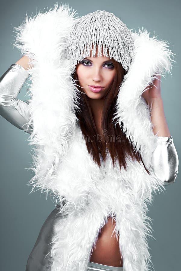 Portrait einer Winterfrau stockbilder