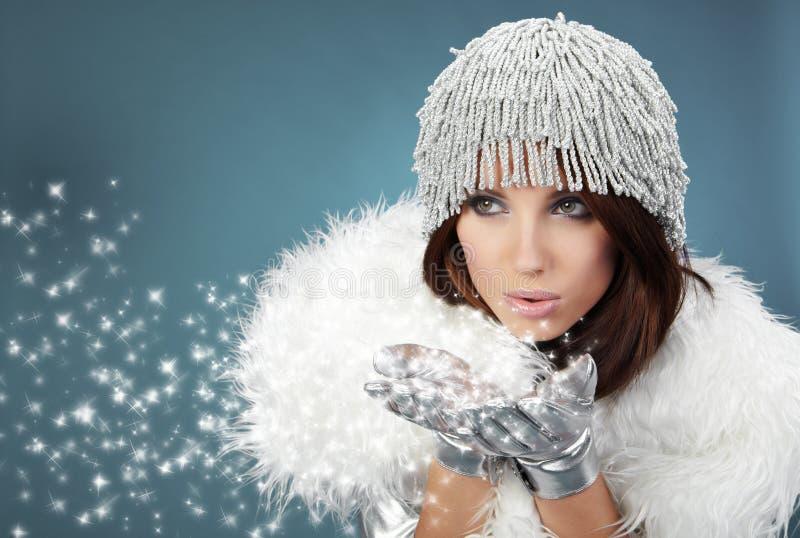 Portrait einer Winterfrau lizenzfreie stockfotografie