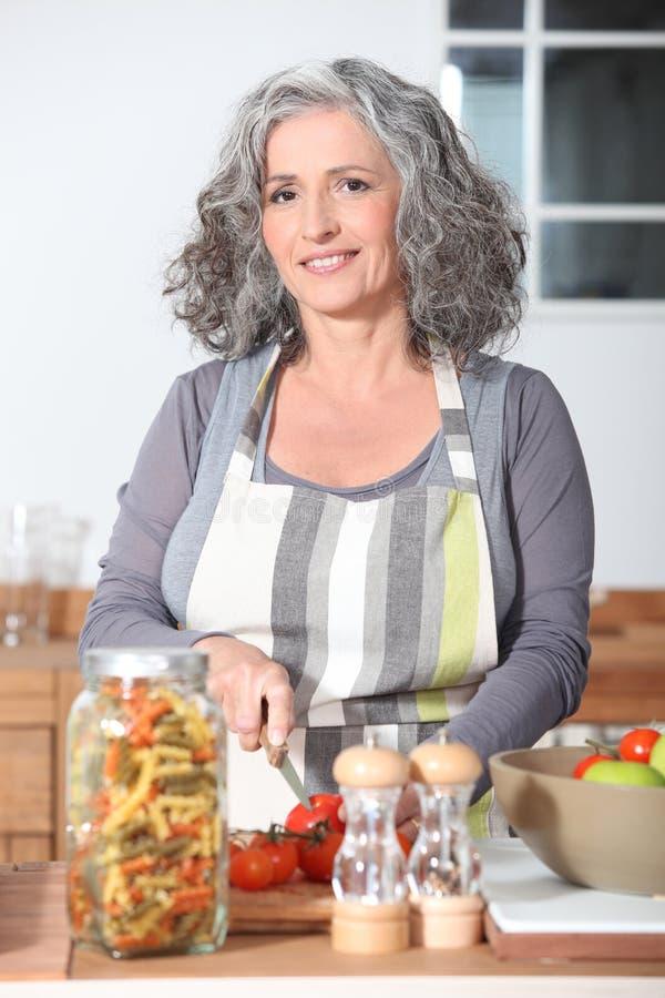 Portrait eines älteren Frauenkochens lizenzfreies stockbild