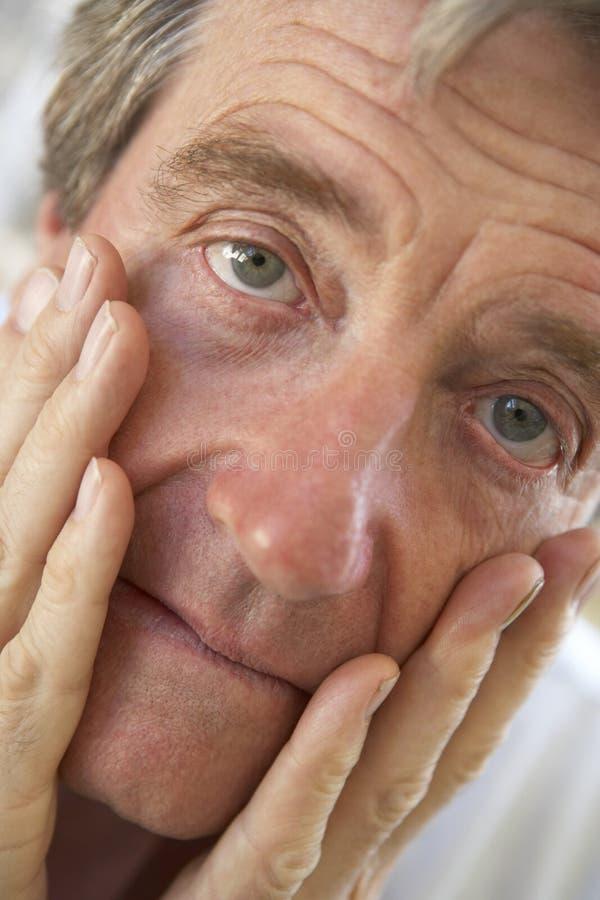 Portrait eines älteren Mannes, der gesorgt schaut lizenzfreies stockfoto