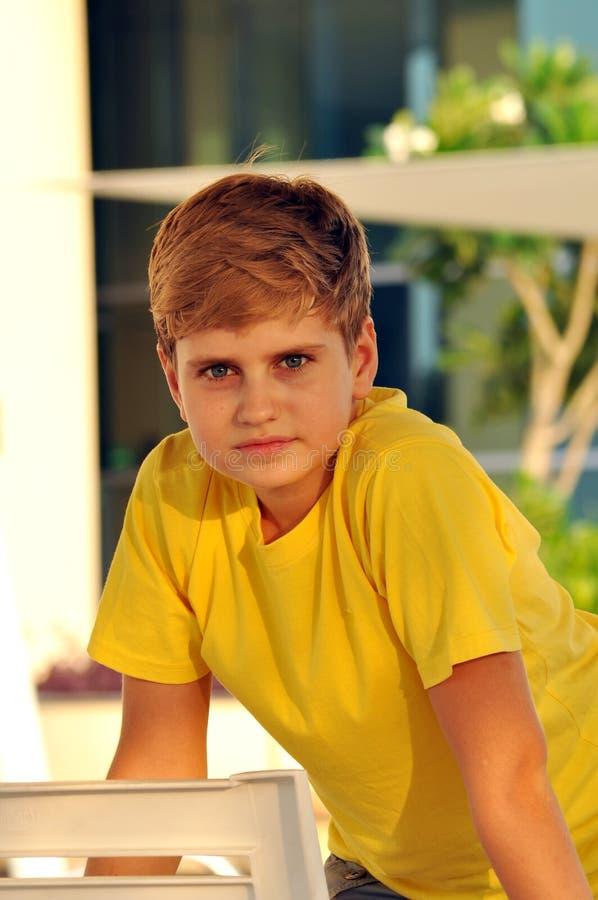 Portrait eines blonden Jungen, der Kamera betrachtet lizenzfreie stockbilder