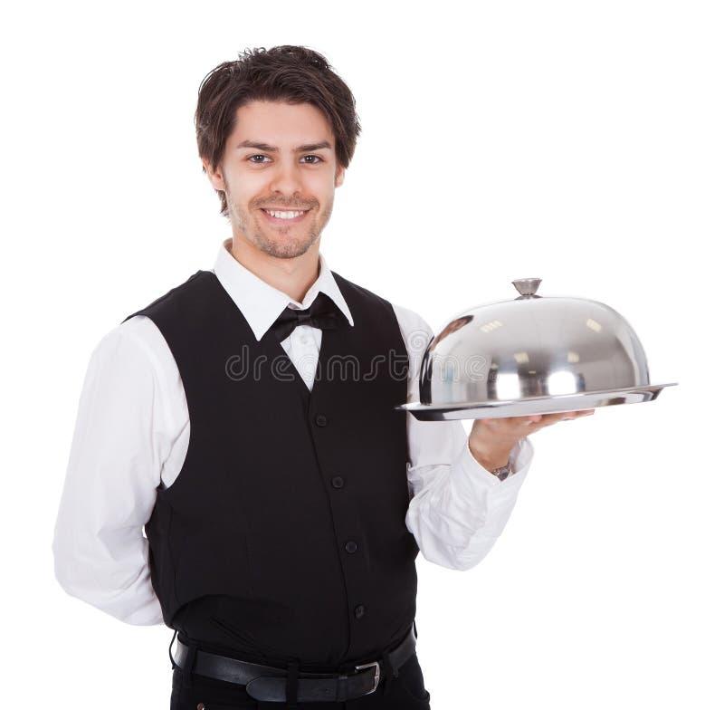 Portrait eines Butlers mit Querbinder und Tellersegment stockfotografie