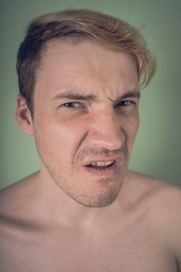 Portrait eines durchdachten jungen Mannes lizenzfreie stockbilder