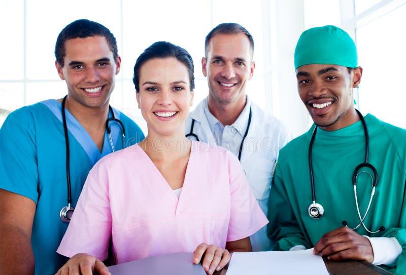 Portrait eines erfolgreichen Ärzteteams bei der Arbeit lizenzfreie stockbilder