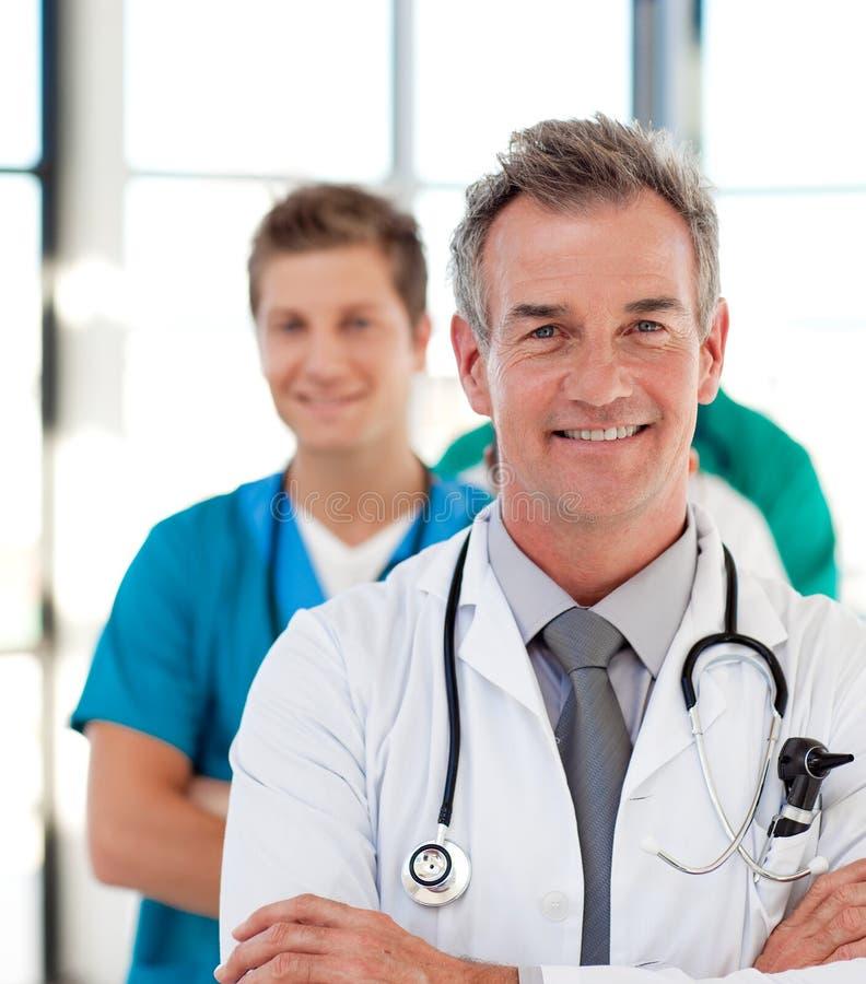 Portrait eines fälligen Doktors, der sein Team führt lizenzfreies stockbild
