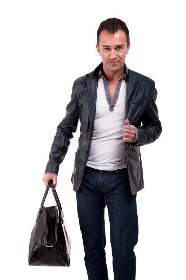 Portrait eines fälligen Mannes mit einer Handtasche lizenzfreie stockbilder
