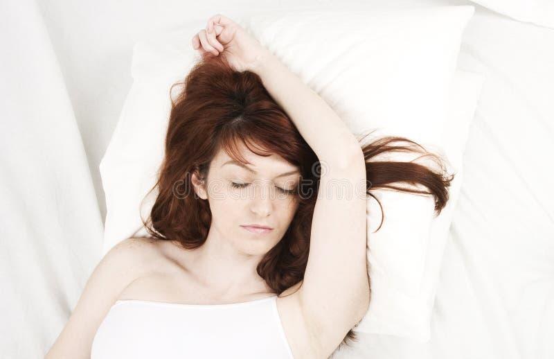Portrait eines Frauenschlafens lizenzfreies stockfoto