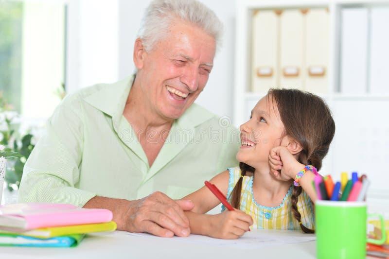 Portrait eines glücklichen Großvaters mit Enkeltochter zusammengestrickt lizenzfreie stockbilder