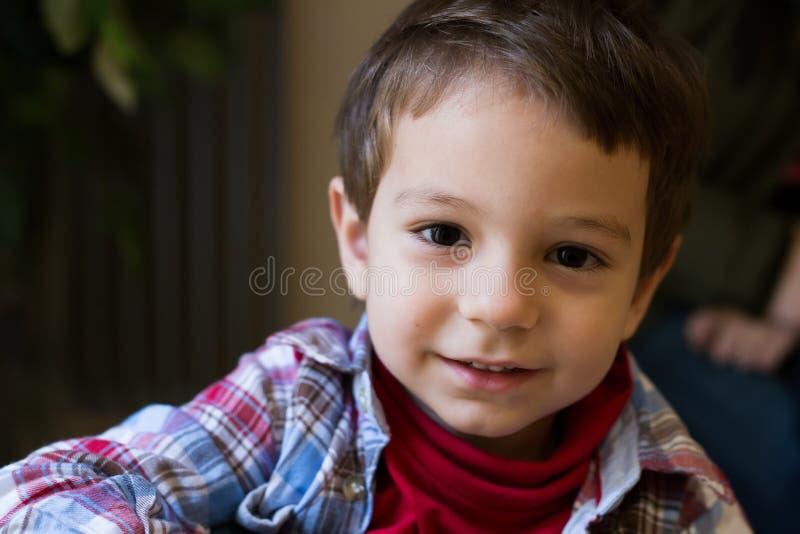 Portrait eines glücklichen Jungen lizenzfreies stockfoto