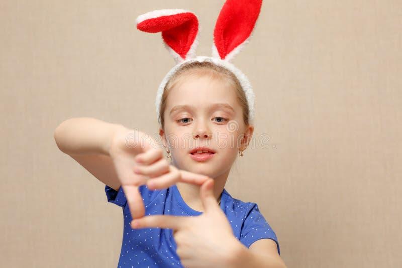 Portrait eines glücklichen kleinen Mädchens lizenzfreie stockfotos