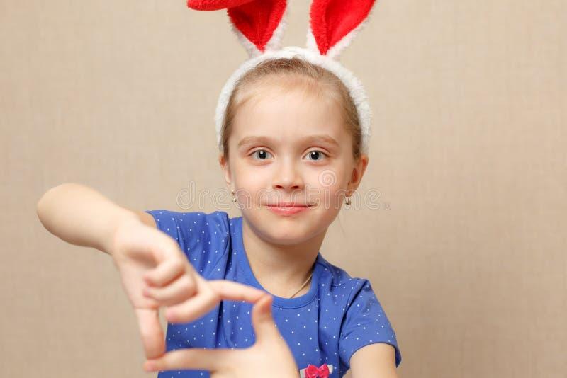 Portrait eines glücklichen kleinen Mädchens stockbild