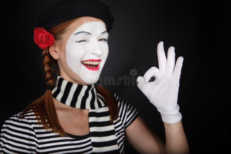 Portrait eines glücklichen Pantomimeschauspielers, der O.K. darstellt lizenzfreies stockfoto