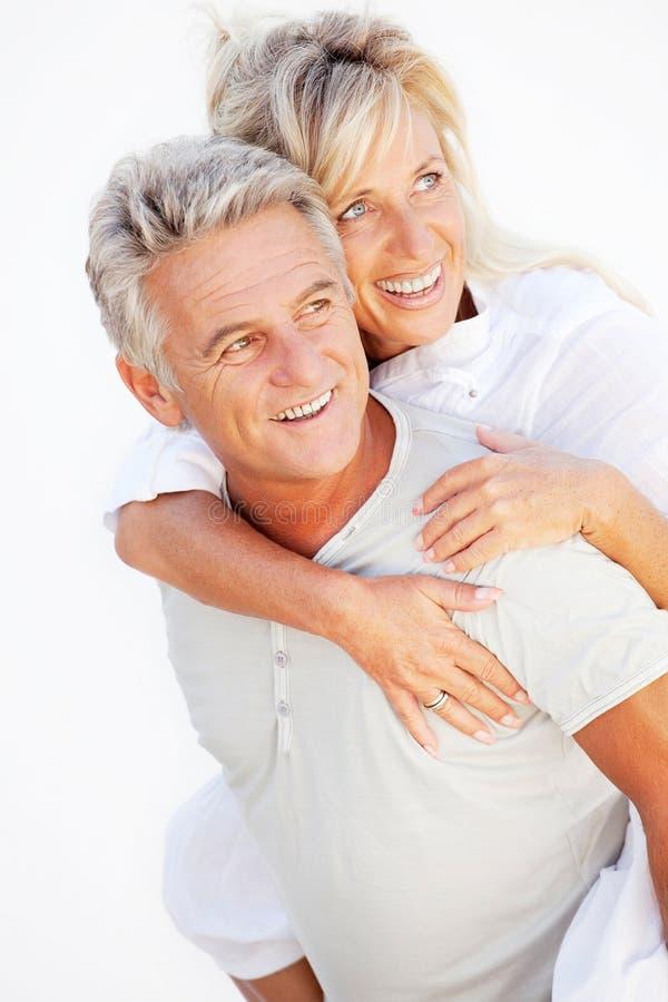 Portrait eines glücklichen romantischen Paares stockfotos