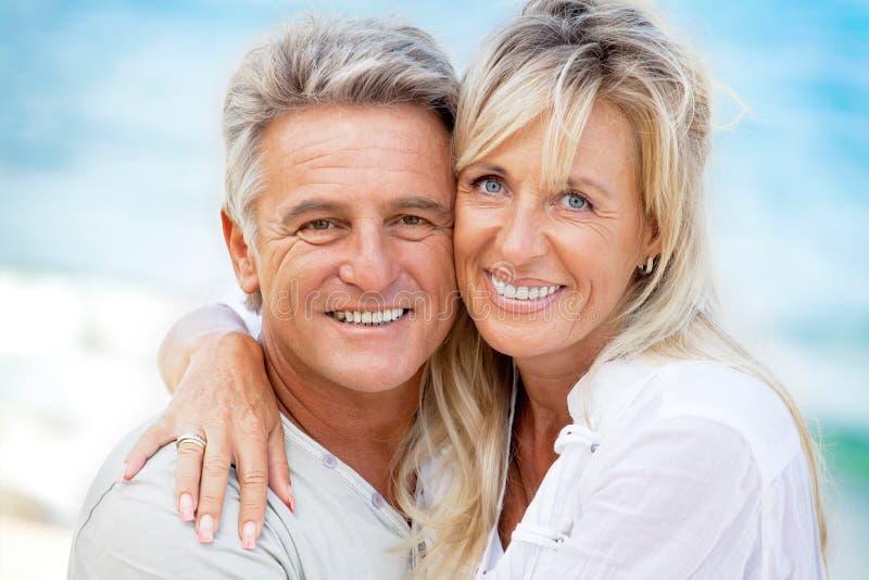 Portrait eines glücklichen romantischen Paares lizenzfreies stockfoto