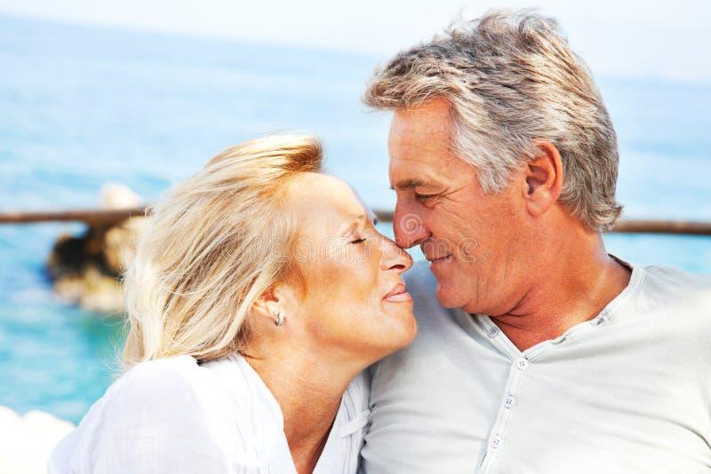 Portrait eines glücklichen romantischen Paares stockbilder