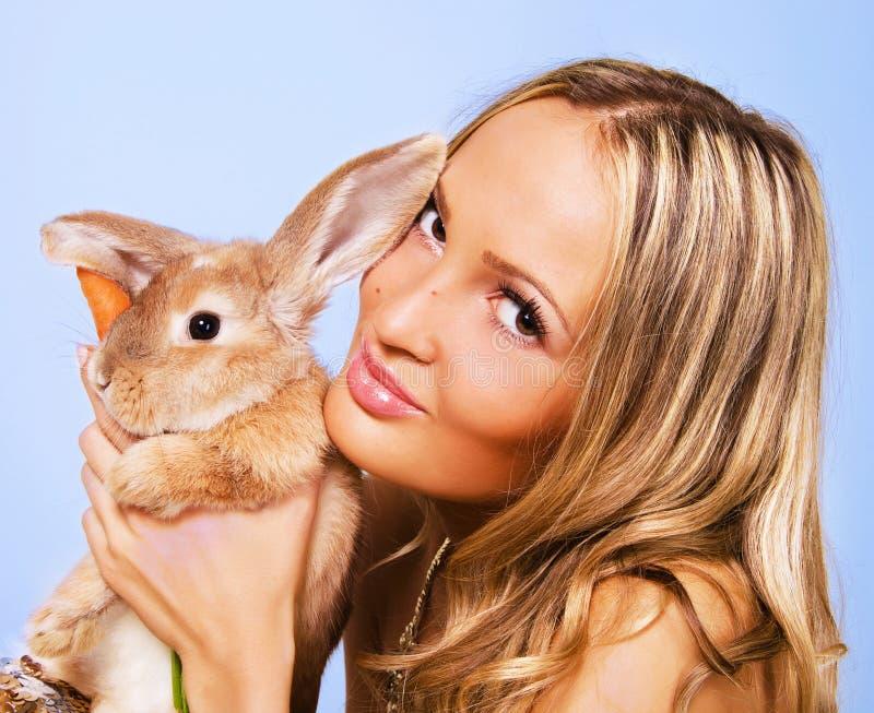 Portrait eines hübschen Mädchens mit einem Kaninchen stockbilder