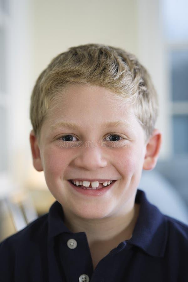 Portrait eines jungen blonden Jungen stockfoto