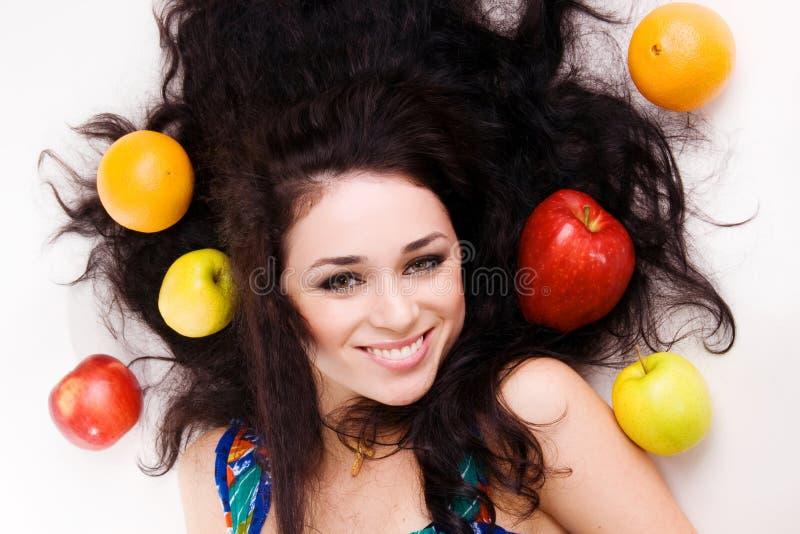 Portrait eines jungen Brunette mit frischen Früchten stockfoto