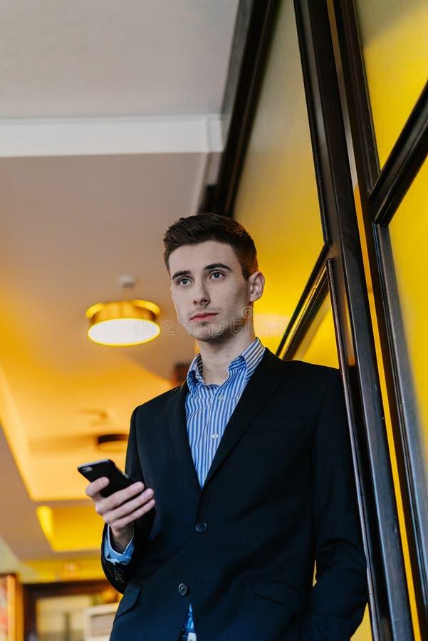 Portrait eines jungen Geschäftsmannes am Telefon stockfoto