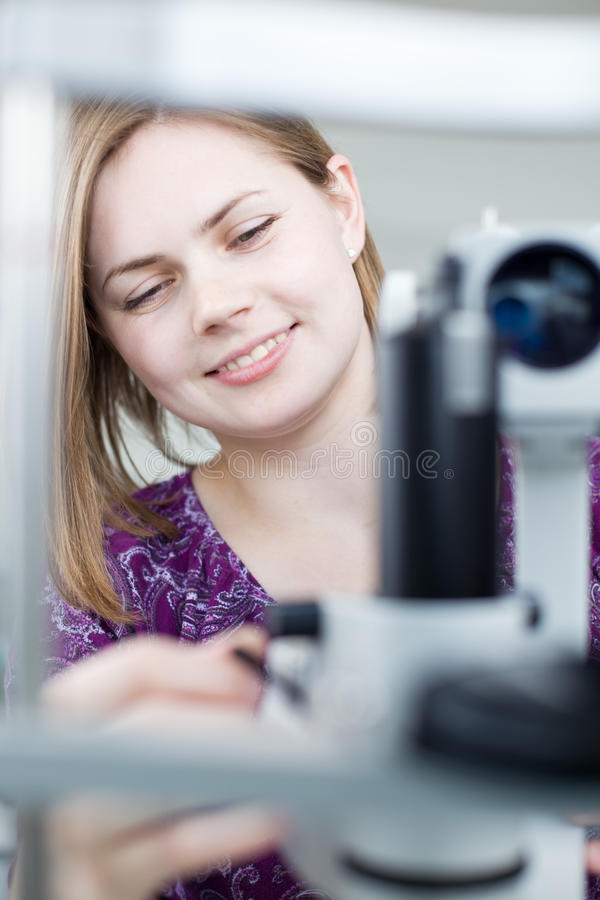 Portrait eines jungen hübschen Optometrikers stockfotografie