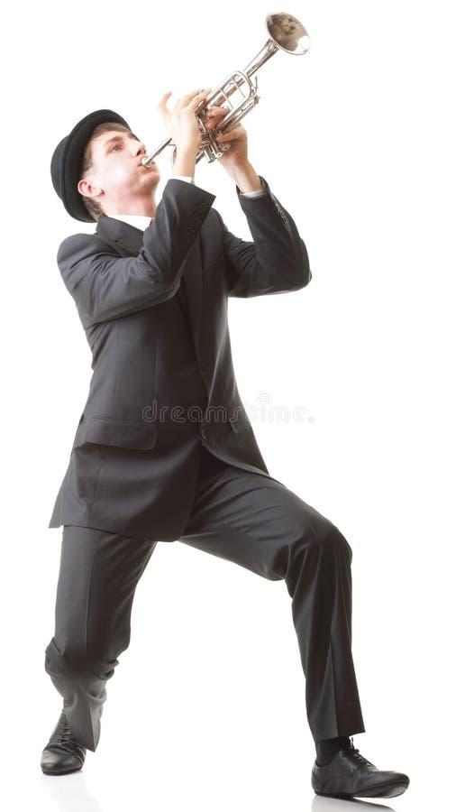 Portrait eines jungen Mannes, der seine Trompete spielt lizenzfreie stockfotografie